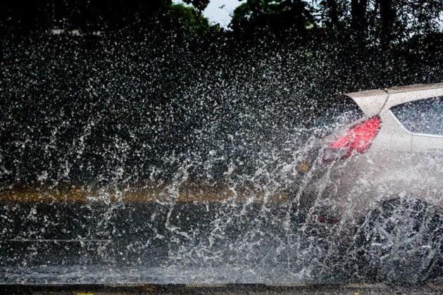 Stevige buien brengen deze week meer regen dan normaal valt in een hele maand