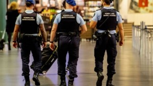 Marechaussee schiet gewapende man neer in vertrekhal Schiphol, passagiers rennen weg