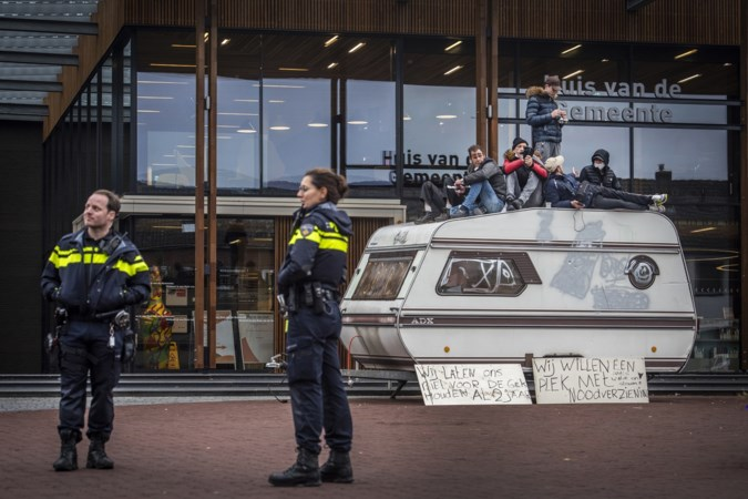 Woonwagenbewoners demonstreren voor gemeentehuis Panningen: 'Wethouder komt afspraken niet na'