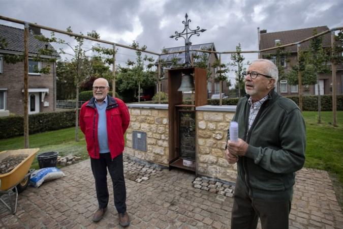 De plek waar dik zestig jaar de hulpkerk van de Huls stond, wordt nu opgesierd door een monument