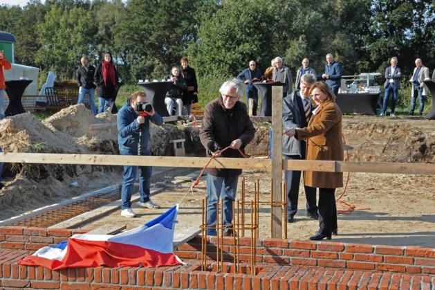Eerste steen Weverlose Volmolen na zeventien jaar eindelijk gelegd