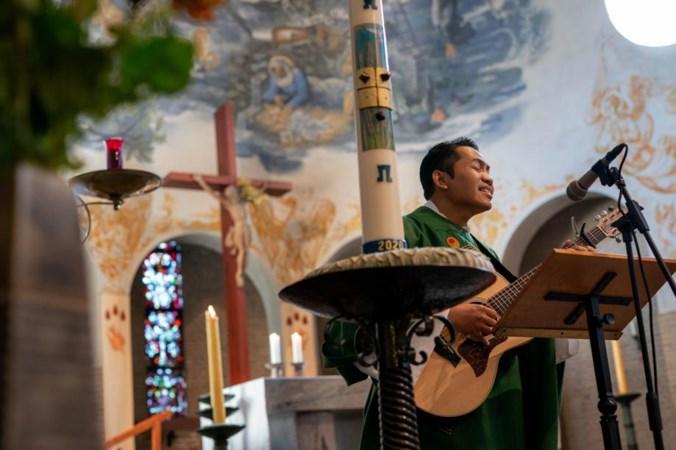 Zingende pater speelt The Beatles en Robbie Williams in zijn parochies: 'Kump good,Let It Be'