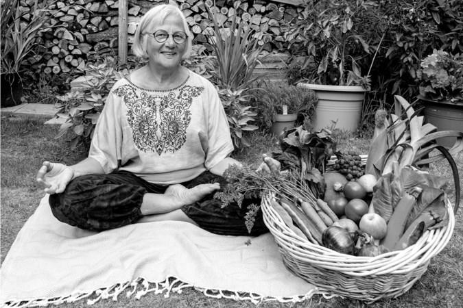 Nelly Hamel leeft na jaren Hare Krishna tevreden met haar moestuin en modern spijkerbedje