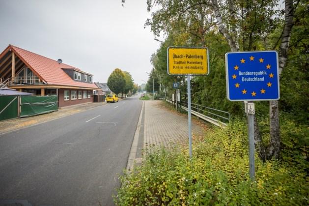 Achtervolging leidt tot verkeersongeval en aanhoudingen in Übach-Palenberg