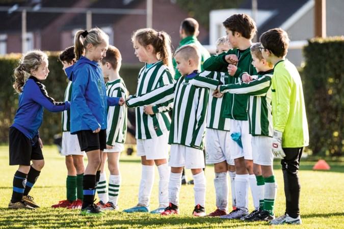 Foto van de week: pupillen van Slekker Boys en FC Roerdalen geven elkaar een boks