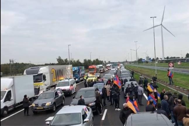 Boze Armeense demonstranten blokkeren grensovergang A76 bij Stein
