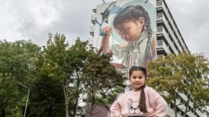 Apetrotse Sayuri (7) is een lokale celebrity nu ze op een levensgrote muurschildering van Geleense flat staat
