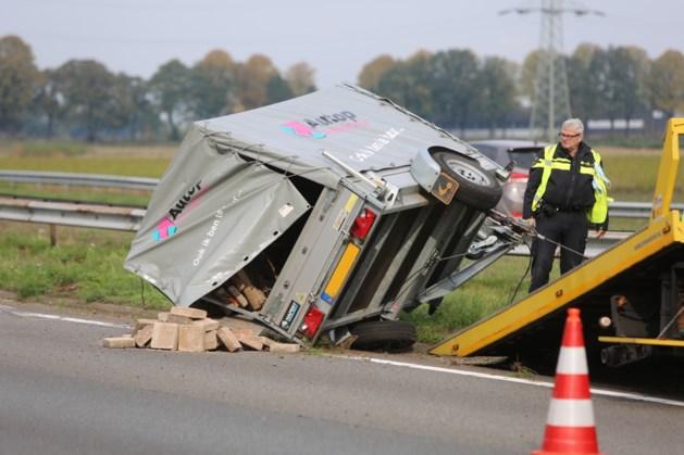 Ongeval auto met aanhanger op A2