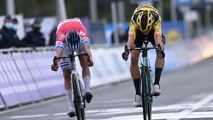 Van der Poel klopt aartsrivaal Van Aert op weg naar winst in schitterende Ronde van Vlaanderen