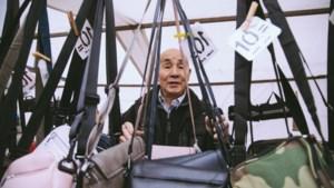 Marktkoopman 'meneer' Chou (87) reed tot voor kort nog tweewekelijks naar Parijs om tassen in te slaan