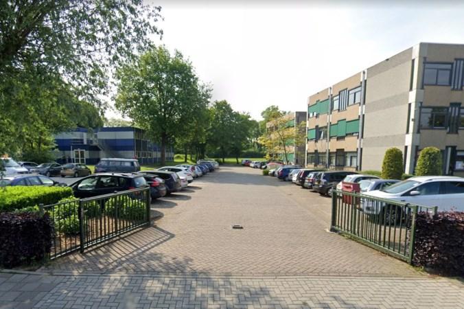 Groenewald zet tijdelijke overkapping op parkeerplaats voor scholieren die pauze houden