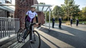 Leontien van Moorsel fietst vanuit Limburg door heel Nederland om mensen te helpen herdenken