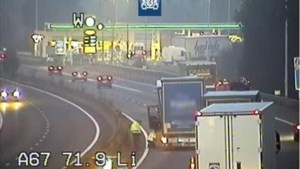 Wiel breekt af van rijdende vrachtwagen op A67