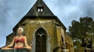 Dubbelbeeld in Noorbeek populair: dame in bikini tegenover eeuwenoude Sint-Brigidakerk