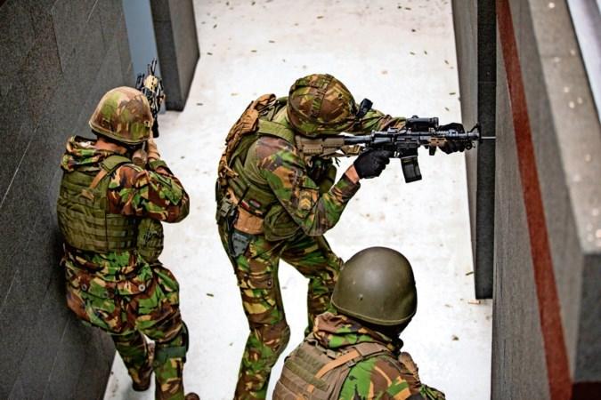 Kamer voor kamer naar de vijand: zo leren militairen een huis bestormen