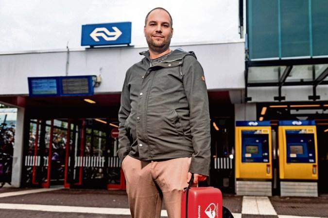 Mede na hartenkreet van reiziger: alle 400 treinstations in Nederland krijgen AED's