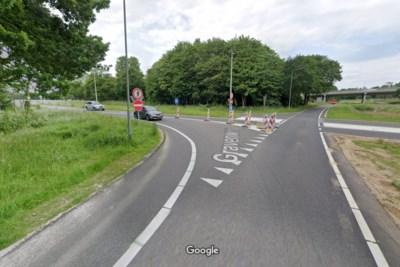 Gemeente Kerkrade wil rotonde als oplossing voor herhaaldelijke ongelukken op de Gravenweg, de provincie laat op zich wachten