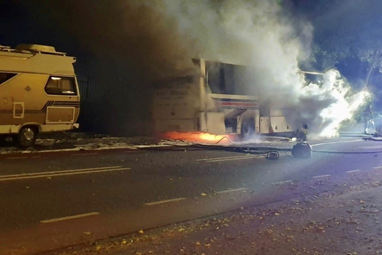 Video: Touringcar mogelijk in brand gestoken in Landgraaf