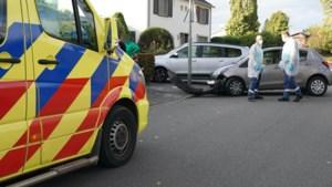Auto komt na botsing met ander voertuig tegen lantaarnpaal tot stilstand