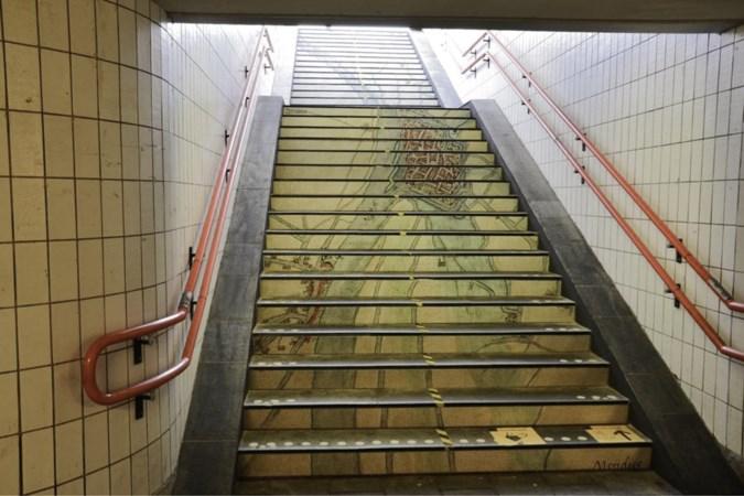 Historische kaarten op trappen NS-station Blerick