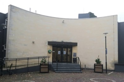 Entree gemeentehuis Valkenburg met glazen schuifdeuren wordt vernieuwd
