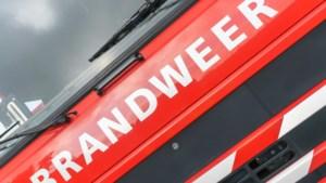 Brand in loods Obbicht laait steeds weer op, maar is onder controle