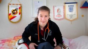 Sanne Schoenmakers: topspits bij Standard werkt als arts op de intensive care