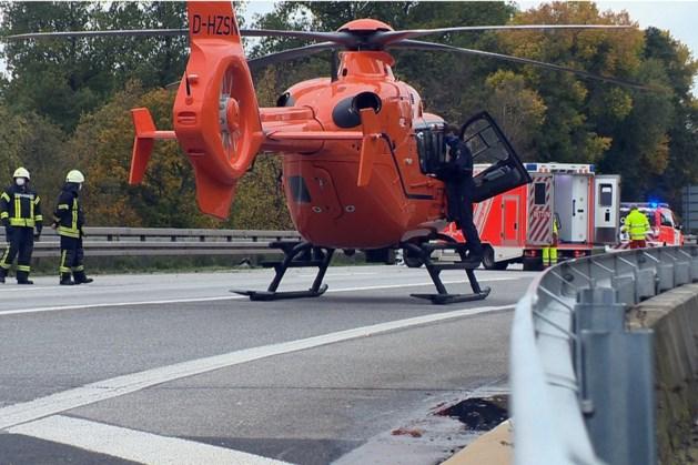 Motorrijder botst hard tegen vangrail op A61 richting Venlo en raakt zwaargewond