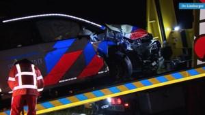 Video: Politiewagen botst op A79 tegen achtergelaten auto, agent gewond