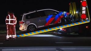 Politiewagen botst op A79 tegen achtergelaten auto, agent gewond