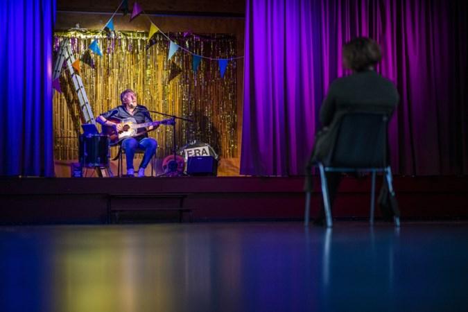 Jarige Jenny uit Sevenum heeft geluk: Frans Pollux zingt speciaal voor haar een liedje