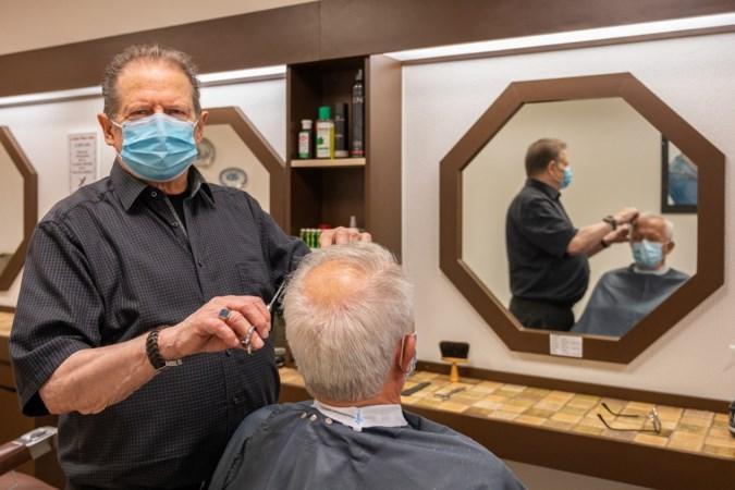 Geleense kapper Jan Roumen (80) weet niet van ophouden: 'Als het aan mij ligt, ga ik knippend de kist in'