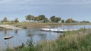 Losgekoppeld veer drijft naar midden van de Maas, schipper met moeite aan boord