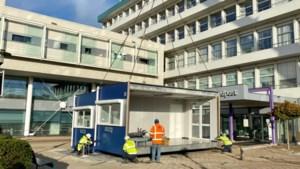 Video: Noodunits voor opvang coronapatiënten geplaatst bij ingang ziekenhuis Weert