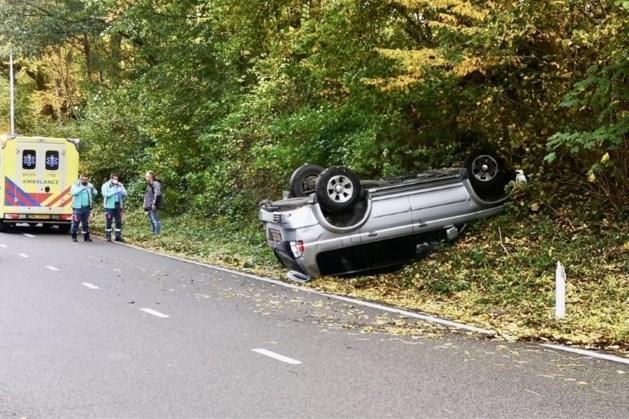 Auto op de kop in berm bij ongeluk op N281 in Heerlen