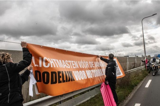 Motorrijders protesteren tegen 'levensgevaarlijke' risicobocht bij turborotonde: 'Provincie is verantwoordelijk als iemand verongelukt'