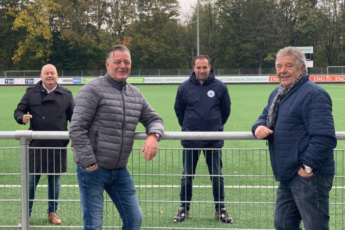 Frans Theunisz zingt nieuw clublied voor RKHSV uit Maastricht