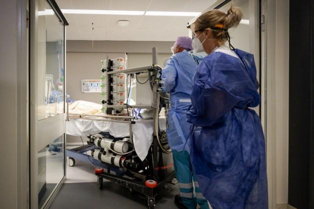 België in volle vaart richting plafond van intensive care. Vooral veel middelbare en oudere Belgen zijn de klos