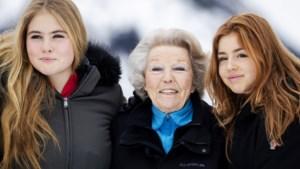 Je hebt 't niet van mij: Was Beatrix in Griekenland oppasoma voor de twee prinsesjes?