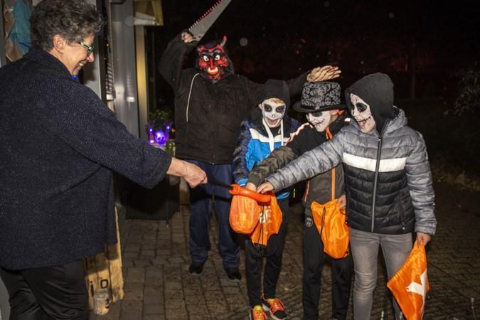 Griezelen in kleine groepjes in halloweentocht door Blerickse wijk Annakamp