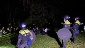 Video: ME beëindigt groot illegaal feest in bos bij Geulle, bezoekers op de bon