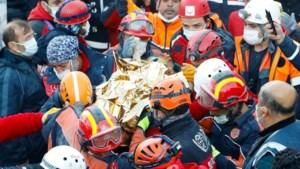 3-jarig meisje na 65 uur levend onder puin vandaan gehaald na aardbeving in Turkije
