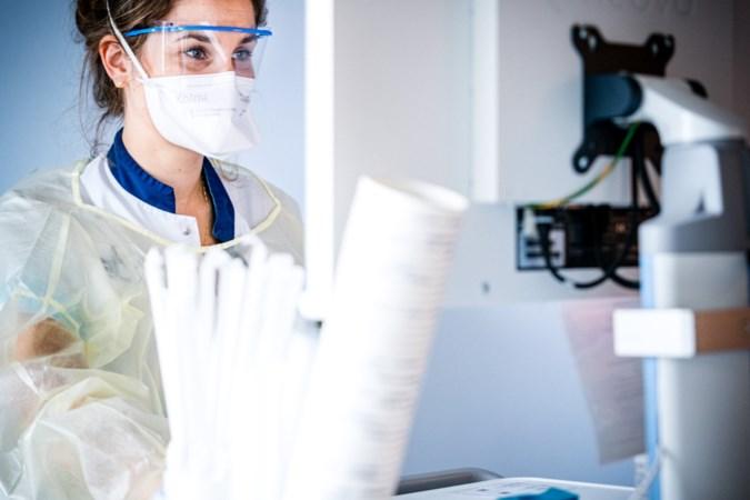 Virus velt zorgmedewerkers, elke dag een gevecht om het rooster rond te krijgen