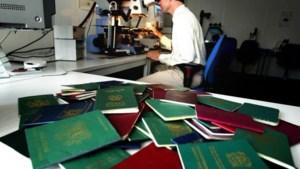Van vals paspoort tot plaksnor: Marechaussee onderschept honderden illegale migranten