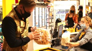 Maastrichtse groep Ziesjoem brengt muzikale ode aan de caissières achter glas