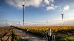Foto van de week: e-bikers tussen windmolens in Koningsbosch