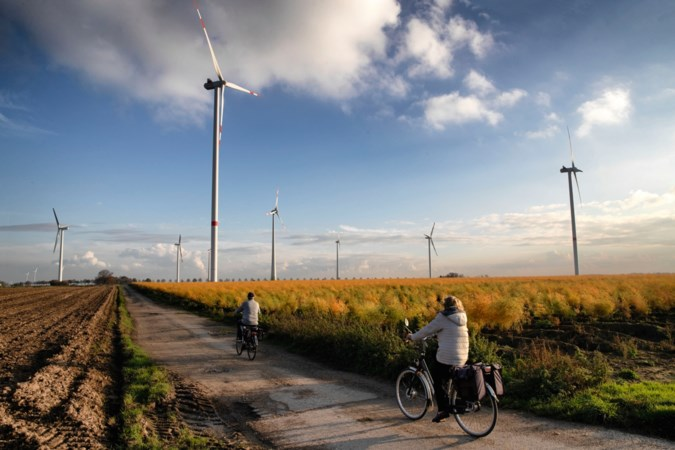 Foto van de week: e-bikers tussen windmolens in Koningsbosch