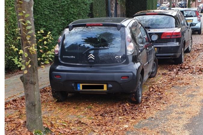 Ergens in Hoensbroek: 'Vrouw achter het stuur, auto tegen de muur!'