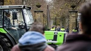 Protesterende boeren rijden toeterend langs Huis ten Bosch