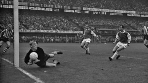 Oud-doelman en eredivisie-recordhouder Pim Doesburg (77) overleden